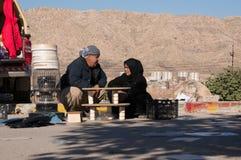 Família iraquiana que vende o vário material Fotografia de Stock Royalty Free