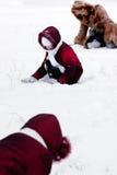 A família joga alegre para nevar Imagens de Stock