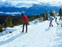 A família joga em snowballs na inclinação de montanha do inverno Fotos de Stock