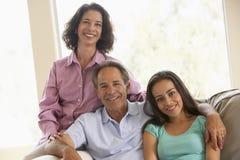 Família junto em casa imagem de stock