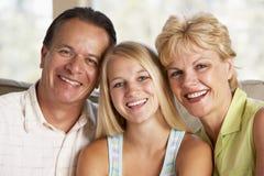 Família junto em casa imagens de stock