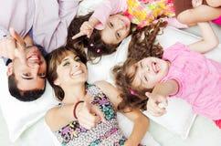 Família latino-americano adorável que encontra-se para baixo com cabeças fotos de stock