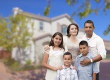 Família latino-americano na frente da casa bonita imagens de stock royalty free