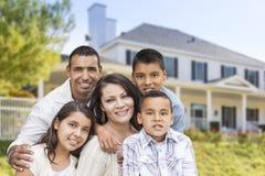 Família latino-americano na frente da casa bonita imagens de stock