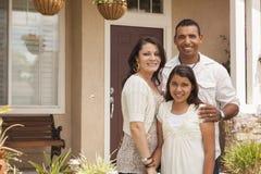 Família latino-americano pequena na frente de sua HOME fotografia de stock royalty free