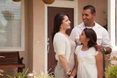 Família latino-americano pequena na frente de sua HOME Fotos de Stock Royalty Free