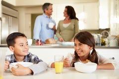 Família latino-americano que come o café da manhã em casa junto fotos de stock royalty free