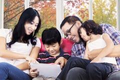 Família latino-americano que joga a tabuleta digital fotos de stock royalty free