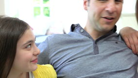Família latino-americano que senta-se em Sofa Talking Together filme