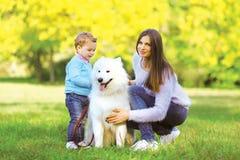 Família, lazer e conceito dos povos - mãe e wi de passeio da criança imagem de stock