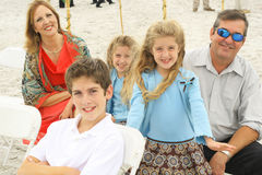 Família lindo feliz na praia fotos de stock royalty free