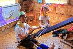 Família longa do pescoço que tece no lago Inle, Myanmar Foto de Stock
