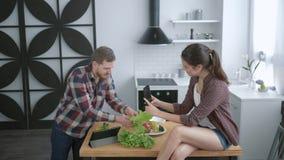 A família louca, homem alegre engraçado está enganando ao redor e fazer careta com vegetais e mulher toma a imagem sobre vídeos de arquivo