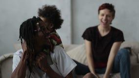 Família loving da raça misturada que aprecia o tempo junto video estoque