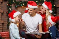 Família loving em chapéus de Santa imagem de stock