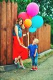 Família loving feliz que tem o divertimento na caminhada fotos de stock