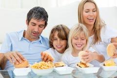 Família Loving que come Hamburger imagem de stock royalty free