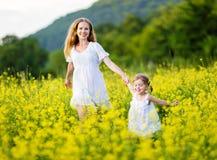 Família, mãe e criança felizes l filha pequena que corre no mea Fotografia de Stock