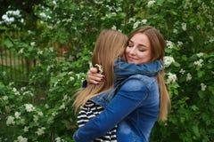 Família Mãe e filha embrace imagem de stock