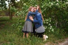 Família Mãe e filha embrace imagem de stock royalty free