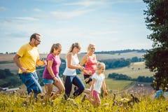 Família, mãe, pai e crianças correndo para o esporte fotografia de stock royalty free