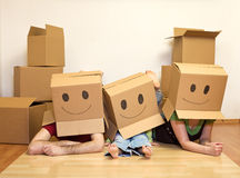 Família movente do smiley - par com um miúdo Imagens de Stock