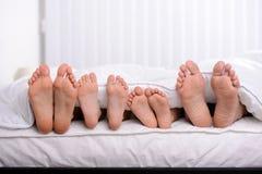 Família na cama fotos de stock