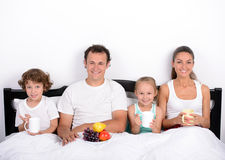 Família na cama foto de stock royalty free