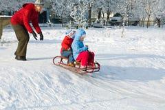 Família na caminhada do inverno imagens de stock royalty free