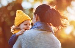 Família na caminhada do outono Fotos de Stock