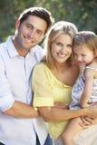 Família na caminhada do país junto foto de stock