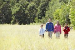 Família na caminhada no campo bonito Imagens de Stock