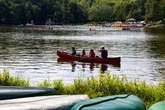 Família na canoa Fotos de Stock Royalty Free