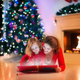 Família na chaminé na Noite de Natal Fotografia de Stock