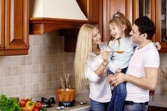 Família na cozinha Imagens de Stock