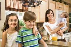 Família na cozinha. Imagem de Stock