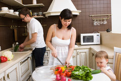 Família na cozinha Foto de Stock Royalty Free