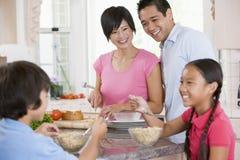 Família na cozinha que come o pequeno almoço Foto de Stock Royalty Free