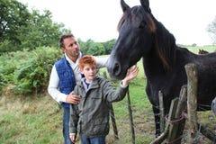 Família na exploração agrícola fotografia de stock royalty free