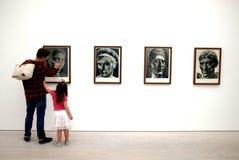 Família na exposição de arte na galeria de Saatchi Fotografia de Stock Royalty Free