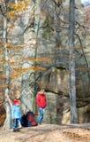 Família na floresta fotografia de stock royalty free