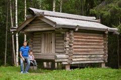 Pai e filho na floresta do conto de fadas Imagem de Stock