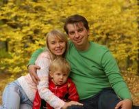 Família na floresta do outono imagens de stock