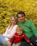 Família na floresta do outono imagens de stock royalty free