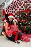 Família na frente da árvore de Natal Fotos de Stock Royalty Free