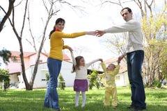 Família na frente da casa Imagem de Stock