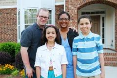Família na frente de sua casa Imagens de Stock Royalty Free