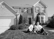 Família na frente de sua HOME foto de stock