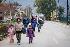 Família na frente de uma multidão de refugiados em sua maneira de registrar e entrar na Sérvia na beira com Macedônia na rota de  fotografia de stock royalty free