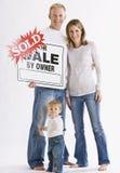 Família na frente do sinal Fotografia de Stock Royalty Free